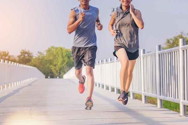 Młode Pary Biegające Sprintem Na Drodze. Dopasuj Biegacz Fitness Podczas Treningu Na świeżym Powietrzu Premium Zdjęcia