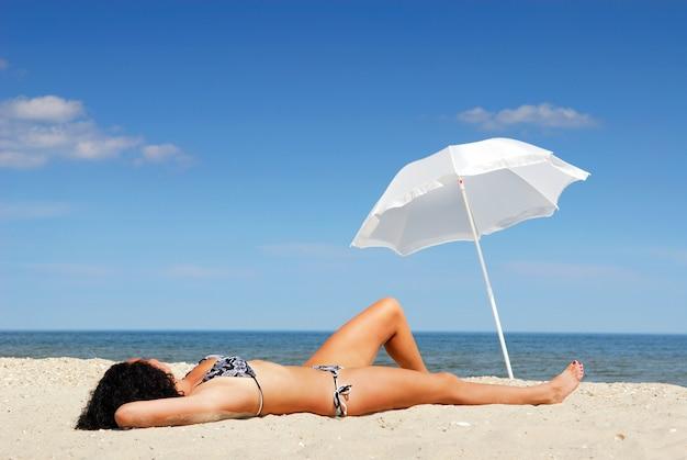 Młode Piękne Kobiece Ciało, Leżąc Na Plaży Darmowe Zdjęcia