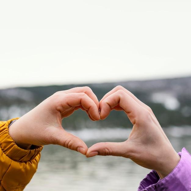 Młode Piękne Kobiety W Przyrodzie Co Kształt Dłoni Serca Premium Zdjęcia