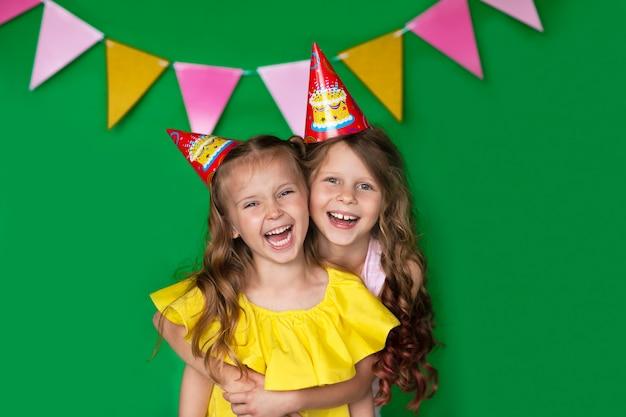 Młode Urodzinowe Dziewczyny W żółtej Bluzce Z Nakrętką śmia Się Na Zielonym Tle Z Kopii Przestrzenią. Bardzo Szczęśliwy. Premium Zdjęcia