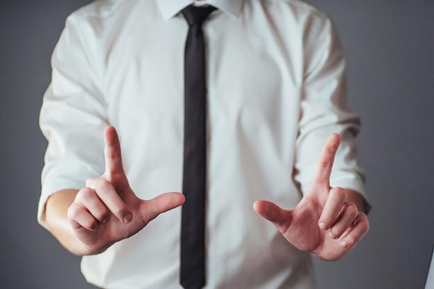 Młodego biznesmena seansu puste ręki Premium Zdjęcia