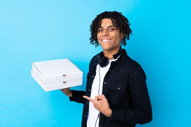 Młodego Człowieka Mienia Pizzy Pudełka Nad Odosobnioną ścianą Premium Zdjęcia