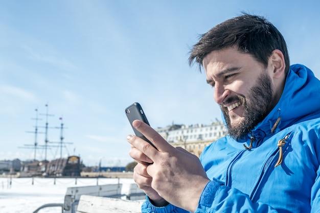Młodego Człowieka Mienia Telefon Komórkowy W Mieście Premium Zdjęcia