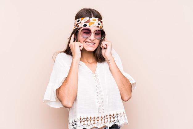 Młodego Hipisa Caucasian Kobieta Zakrywa Ucho Z Rękami. Premium Zdjęcia