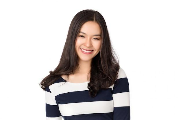 Młodego Piękna Zdrowa Szczęśliwa Azjatycka Kobieta Z Smiley Twarzą Odizolowywającą Na Bielu. Premium Zdjęcia