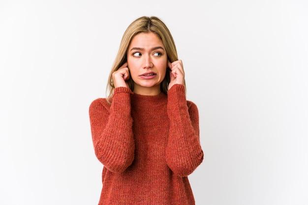 Młodej Blondynki Caucasian Kobieta Odizolowywał Nakrywkowych Ucho Z Rękami. Premium Zdjęcia