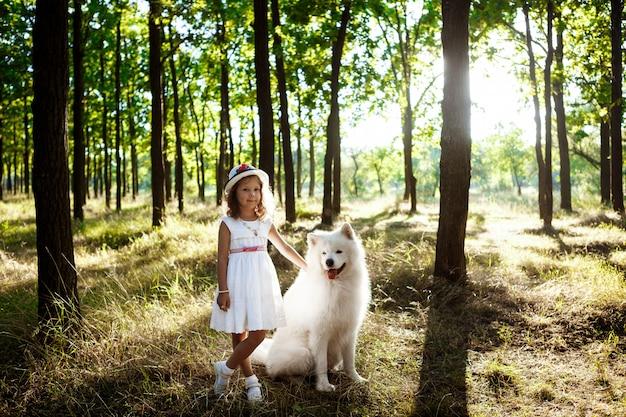 Młodej Dziewczyny Odprowadzenie, Bawić Się Z Psem W Parku Przy Zmierzchem. Darmowe Zdjęcia