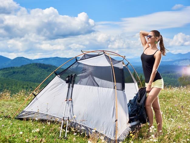 Młodej Kobiety Backpacker Wycieczkuje Halnego ślad Premium Zdjęcia