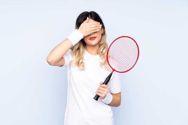 Młodej Kobiety Gracz W Tenisa Na Odosobnionej ścianie Premium Zdjęcia
