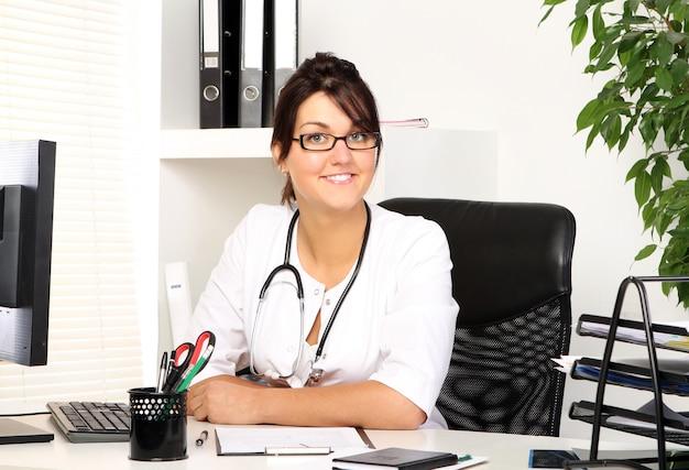 Młodej Kobiety Lekarka W Jej Biurze Darmowe Zdjęcia