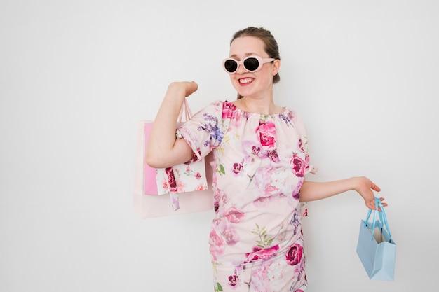 Młodej kobiety mienia torba na zakupy Darmowe Zdjęcia