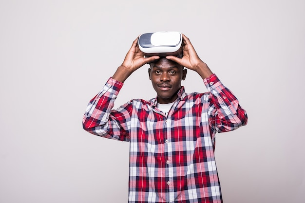 Młody African American Młody Człowiek Ubrany W Zestaw Słuchawkowy Wirtualnej Rzeczywistości Vr. Darmowe Zdjęcia