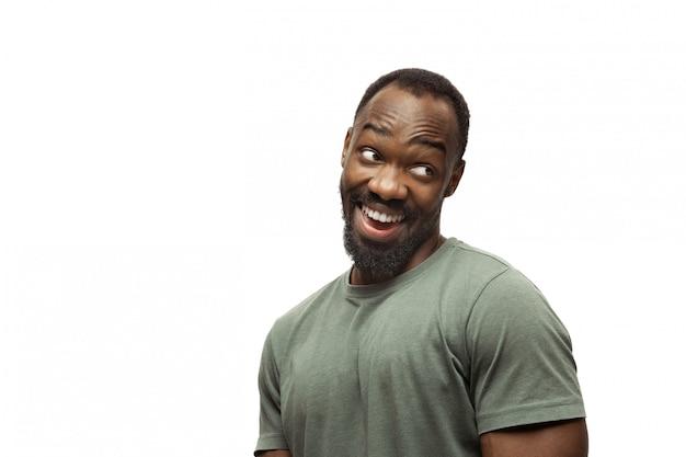 Młody Afroamerykanin Z Zabawnymi, Niezwykłymi Popularnymi Emocjami I Gestami Na Białym Tle Darmowe Zdjęcia