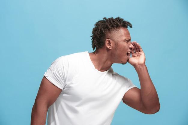 Młody Afroamerykański Mężczyzna Szepcząc Tajemnicę Za Ręką Na Niebiesko Darmowe Zdjęcia