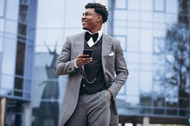 Młody afrykański biznesmen używa telefon Darmowe Zdjęcia