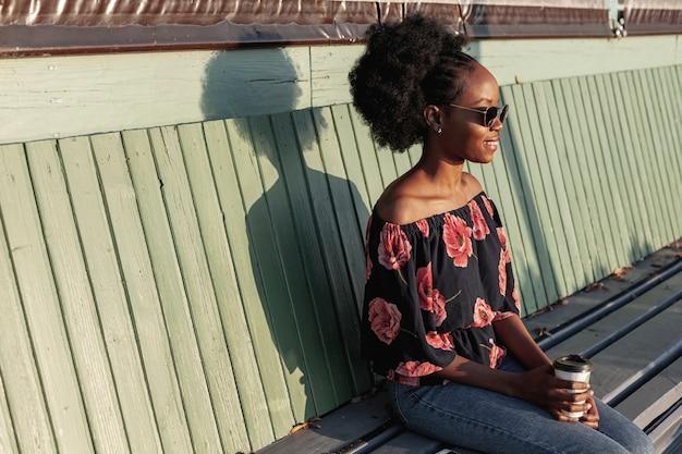 Młody Afrykański Kobiety Obsiadanie Na ławce Darmowe Zdjęcia