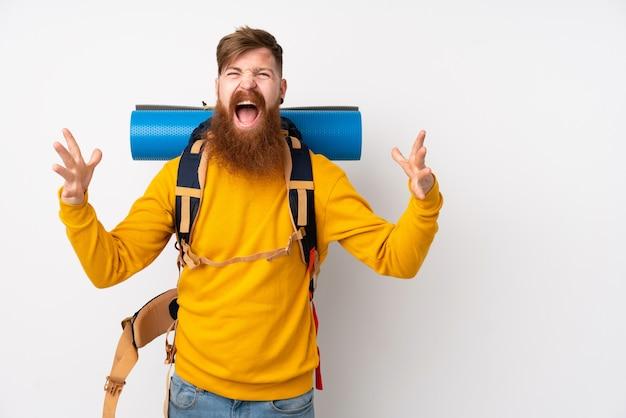Młody Alpinista Z Wielkim Plecakiem Na Pojedyncze Białe ściany Niezadowolony I Sfrustrowany Czymś Premium Zdjęcia