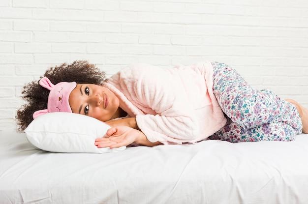 Młody Amerykanin Afrykańskiego Pochodzenia Kobiety Dosypianie Z Poduszką Na łóżku Premium Zdjęcia