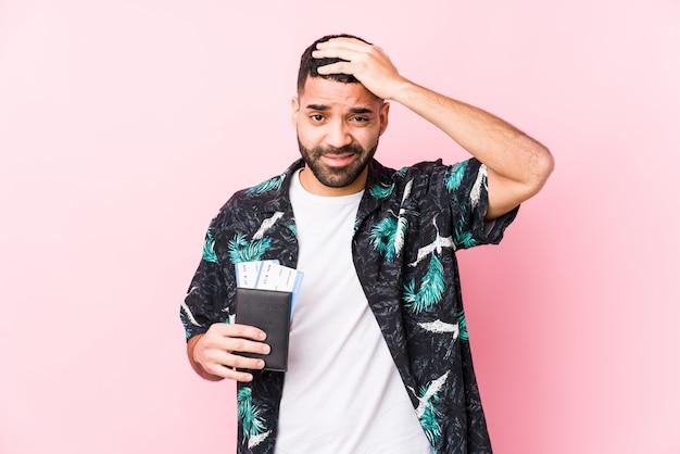 Młody Arabski Fajny Mężczyzna Trzymający Kartę Pokładową Odizolowany, Będąc W Szoku, Przypomniała Sobie Ważne Spotkanie. Premium Zdjęcia