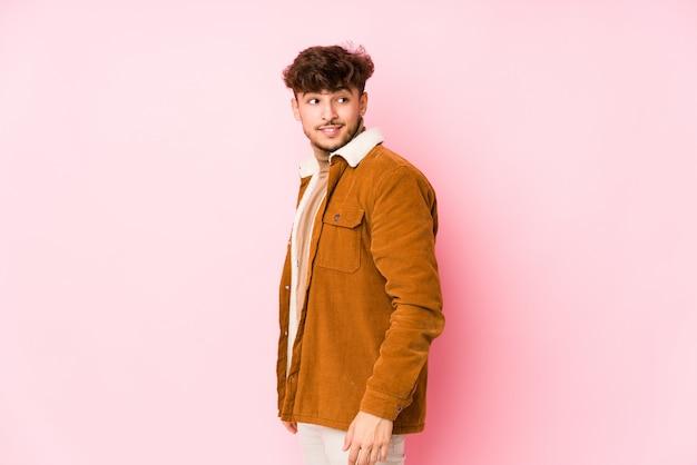 Młody Arabski Mężczyzna Pozować Odizolowywam <mixto > Premium Zdjęcia