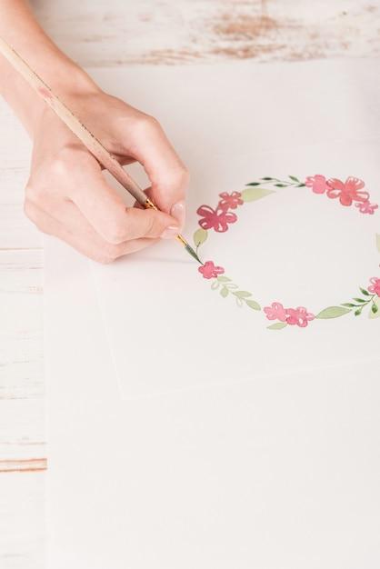 Młody Artysta Rysuje Kwiatu Wzór Z Akwareli Farbą I Muśnięciem Na Papierze W Miejscu Pracy Darmowe Zdjęcia