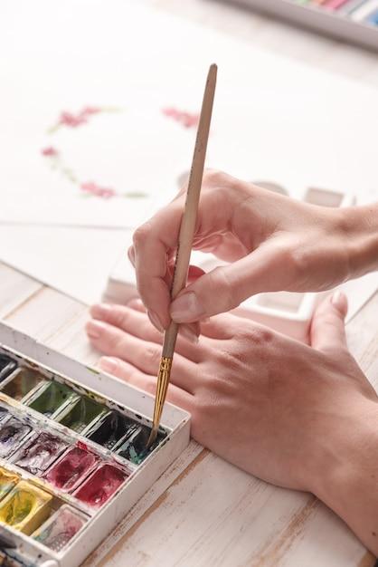 Młody Artysta Rysunek Wzór Farbą Akwarelową I Pędzlem Darmowe Zdjęcia