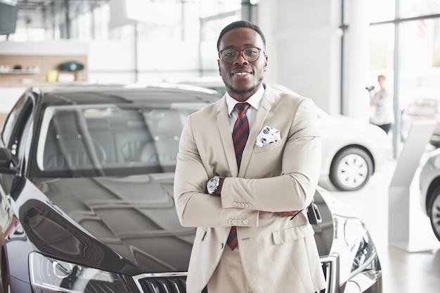 Młody Atrakcyjny Czarny Biznesmen Kupuje Nowy Samochód, Marzenia Się Spełniają Premium Zdjęcia