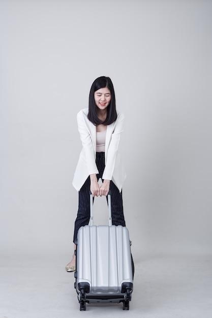 Młody Azjatycki Kobieta Turysta Z Bagażem Podróżować Premium Zdjęcia