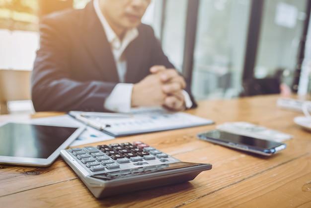 Młody azjatycki księgowy biznesmen pracuje z pieniężnym rachunkiem. Premium Zdjęcia