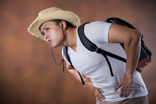 Młody azjatycki podróżny backpacker z torbą i kapeluszem Darmowe Zdjęcia