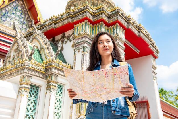 Młody Azjatycki Turystyczny Kobiety Backpacker Solo Podróżuje W Antycznej Tajlandzkiej świątyni Podczas Wakacji W Bangkok Tajlandia Premium Zdjęcia