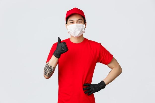 Młody Azjatykci Doręczeniowego Mężczyzna Przedstawienia Kciuk Up Premium Zdjęcia