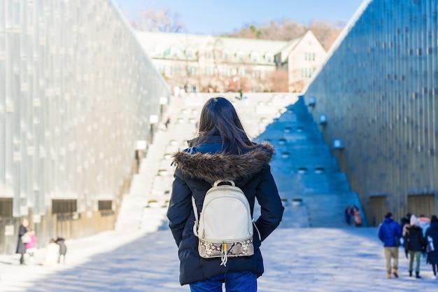 Młody Azjatykci Kobieta Podróżnik Z Plecakiem Podróżuje W Ewha Kobiety Uniwersytet W Seul, Południowy Korea Premium Zdjęcia