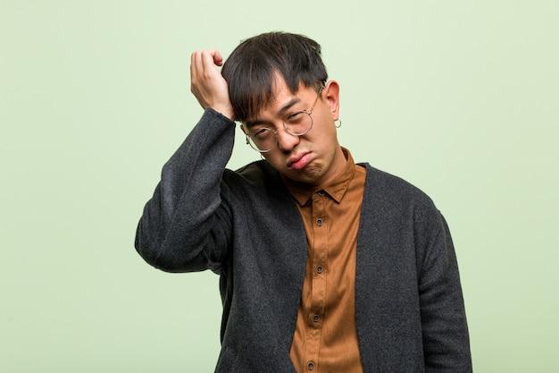 Młody Azjatykci Mężczyzna Przeciw Zielonej ścianie Premium Zdjęcia
