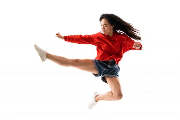Młody azjatykci tancerz nad odosobnioną biel ścianą Premium Zdjęcia