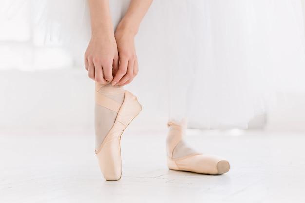 Młody Balerina Taniec, Zbliżenie Na Nogi I Buty, Stojąc W Pozycji Pointe. Darmowe Zdjęcia
