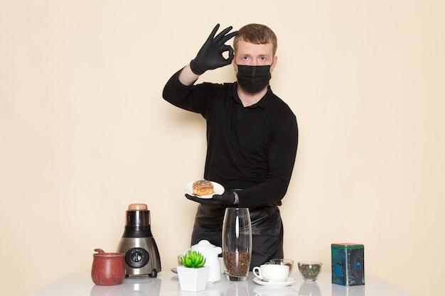 Młody Barista W Czarnym Garniturze Ze Składnikami I Sprzętem Do Kawy Brązowe Nasiona Kawy W Czarnej Sterylnej Masce Na Białym Tle Darmowe Zdjęcia