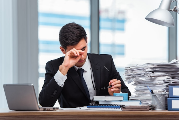 Młody Biznesmen Pracuje W Biurze Premium Zdjęcia
