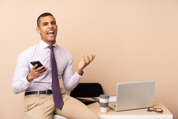 Młody Biznesmen W Biurze Niezadowolony I Sfrustrowany Czymś Premium Zdjęcia