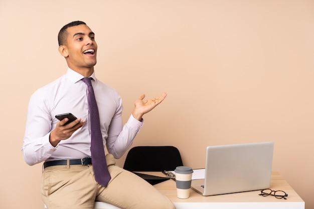 Młody Biznesmen W Biurze Z Zaskoczenia Wyraz Twarzy Premium Zdjęcia