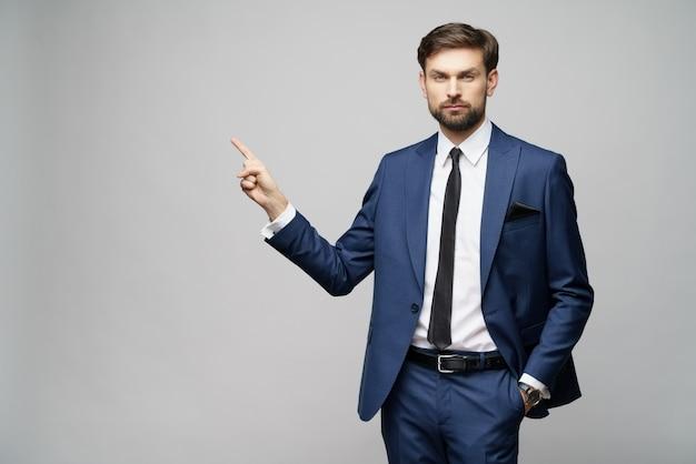 Młody Biznesmen, Wskazując Na Palcem Premium Zdjęcia