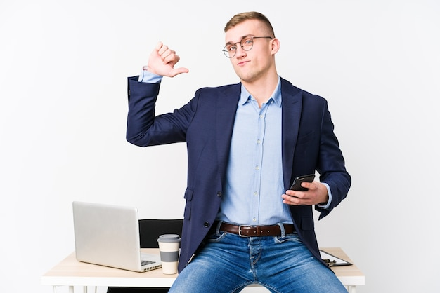 Młody Biznesmen Z Laptopem Czuje Się Dumny I Pewny Siebie, Przykład Do Naśladowania. Premium Zdjęcia