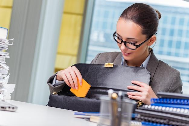 Młody Bizneswoman Pracuje W Biurze Premium Zdjęcia