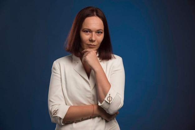 Młody Bizneswoman W Myśleniu Biały Blezer. Darmowe Zdjęcia