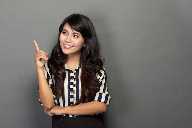 Młody Bizneswomanu Uśmiech Podczas Gdy Dostaje Pomysł Premium Zdjęcia