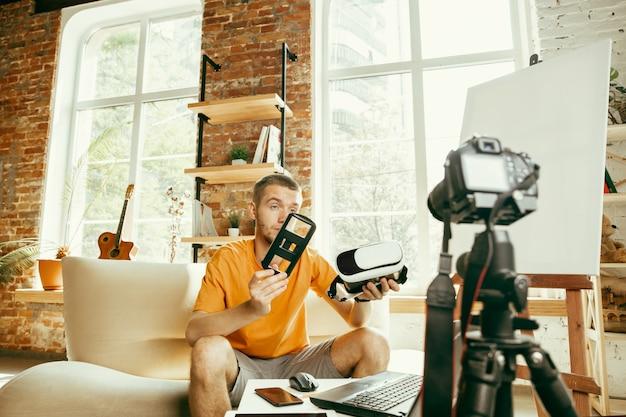 Młody Bloger Kaukaski Z Profesjonalnym Sprzętem Nagrywający W Domu Przegląd Wideo Okularów Vr Darmowe Zdjęcia