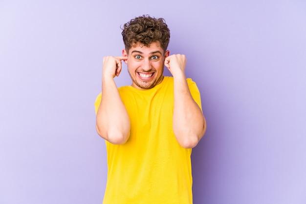 Młody Blond Kręcone Włosy Kaukaski Mężczyzna Na Białym Tle Stożkowe Uszy Rękami. Premium Zdjęcia