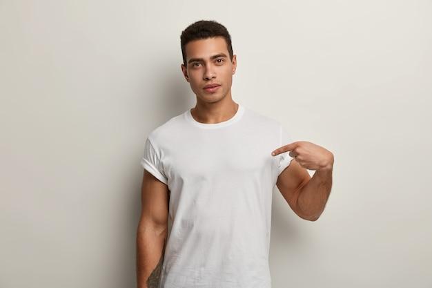 Młody Brunet Mężczyzna Ubrany W Białą Koszulkę Darmowe Zdjęcia