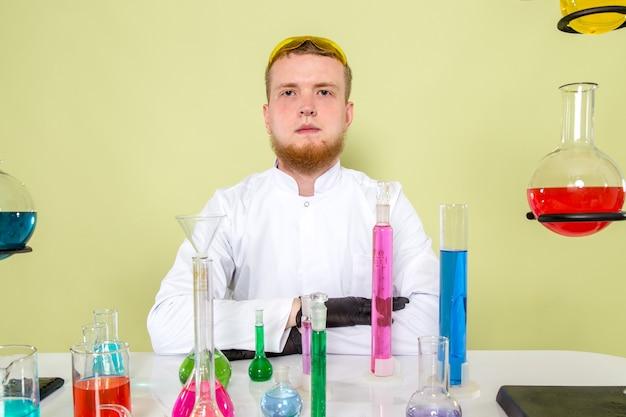 Młody Chemik Przygotowuje Się Do Rozpoczęcia Nowego Eksperymentu Darmowe Zdjęcia