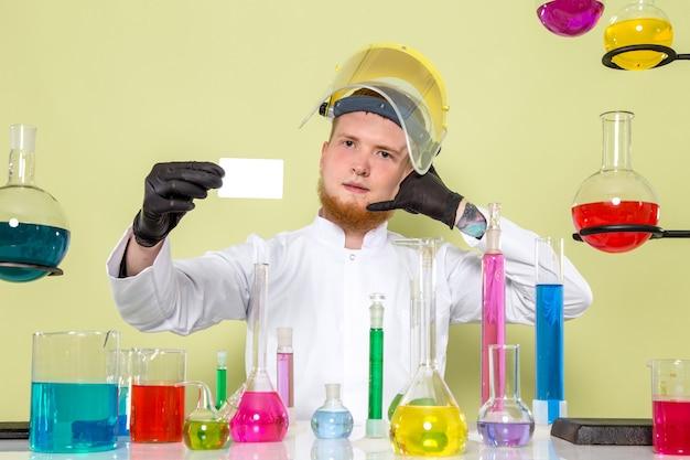 Młody Chemik Z Przodu Daje Wizytówkę Za Oddzwonienie Darmowe Zdjęcia